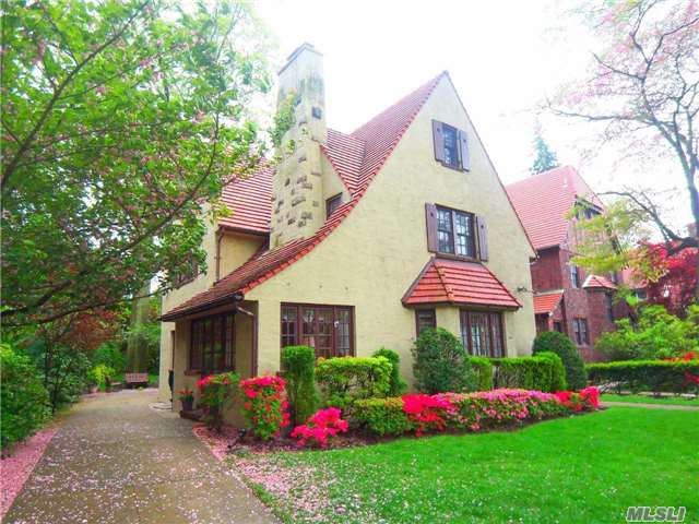 Homes for sale in forest hills gardens ny queens real estate agents real estate agent queens for Forest hills gardens real estate
